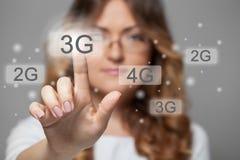 Femme appuyant sur le bouton de l'écran tactile 3g Photos stock