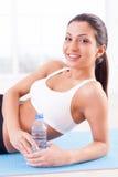 Femme après la formation de sports. photographie stock libre de droits