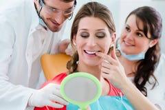 Femme après le blanchiment dentaire au dentiste photos libres de droits