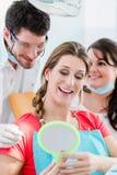 Femme après le blanchiment dentaire au dentiste image libre de droits
