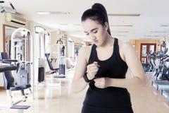 Femme Arabe avec le smartwatch au centre de fitness photographie stock
