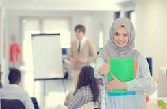 Femme arabe d'affaires travaillant dans l'équipe avec ses collègues au bureau de démarrage Photographie stock