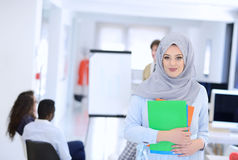 Femme arabe d'affaires travaillant dans l'équipe avec ses collègues au bureau de démarrage Image libre de droits