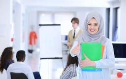 Femme arabe d'affaires travaillant dans l'équipe avec ses collègues au bureau de démarrage Photos libres de droits