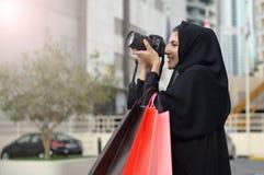 Femme arabe d'Emarati sortant des achats Photographie stock