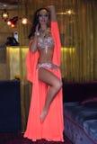 Femme Arabe magnifique Bellydancer, corps sexy parfait et maquillage lumineux indoors Photographie stock libre de droits