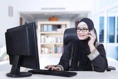 Femme arabe travaillant à la maison photos stock