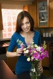 Femme arrangeant des fleurs Photographie stock