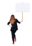 Femme arrière d'affaires de vue montrant le panneau de signe Photos stock