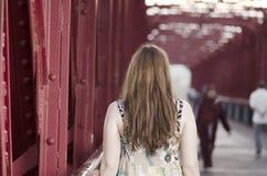 Femme arrière se tenant sur un pont rouge au-dessus de l'Èbre, Espagne Images libres de droits