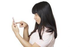 Femme asiatique à l'aide d'un téléphone intelligent pour envoyer un message textuel d'isolement Photographie stock libre de droits