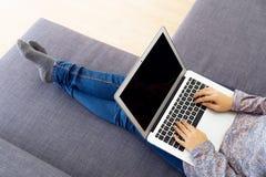 Femme asiatique à l'aide de l'ordinateur portable photos libres de droits