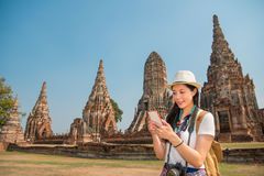 Femme asiatique à l'aide du smartphone regardant la carte Photo stock