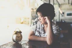 Femme asiatique attendant en café de café avec l'horloge Photos libres de droits