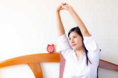 Femme asiatique avec du charme de portrait belle La belle femme attirante étire des bras La femme magnifique se réveille pendant  image stock