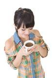 Femme asiatique avec la tasse de café ou de thé. image libre de droits