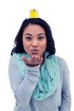 Femme asiatique avec le baiser de soufflement de couronne de papier Photos stock