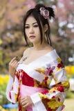 Femme asiatique avec le kimono japonais [Hikey] Photographie stock libre de droits