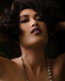 Femme asiatique avec le maquillage pourpre et jaune Images stock