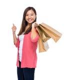 Femme asiatique avec le panier et le pouce  Photographie stock