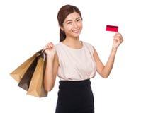 Femme asiatique avec le sac et la carte de crédit shoppaing Photo libre de droits