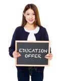 Femme asiatique avec le tableau montrant l'offre d'éducation photo stock