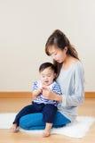 Femme asiatique avec son fils image stock