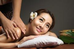 Femme asiatique ayant le massage, massage thaïlandais sain Photographie stock libre de droits