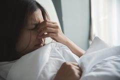 Femme asiatique ayant un rhume Image stock