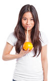Femme asiatique buvant du jus d'orange Photo libre de droits