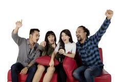 Femme asiatique chantant avec ses amis Photo libre de droits