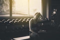 Femme asiatique convenable fatiguée et détendre après le stage de formation, femelle prenant une coupure après exercice et séance photographie stock