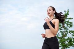 Femme asiatique courante sur le bord de mer Pulser de matin Les trains d'athlète photo libre de droits