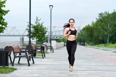 Femme asiatique courante sur le bord de mer Pulser de matin Les trains d'athlète photo stock