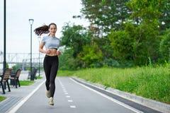 Femme asiatique courante sur le bord de mer Pulser de matin Les trains d'athlète photographie stock libre de droits