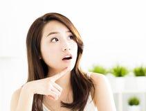 Femme asiatique détendant et pensant Photos stock