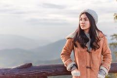Femme asiatique détendant sur une montagne images libres de droits