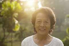 Femme asiatique d'aînés à extérieur Photographie stock