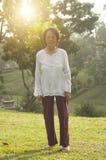 Femme asiatique d'aînés marchant à extérieur Photographie stock