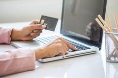 Femme asiatique d'affaires à l'aide de l'ordinateur portable pour des achats en ligne Photo stock