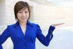 Femme asiatique d'affaires au bureau Images stock