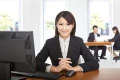Femme asiatique d'affaires au bureau Photo stock