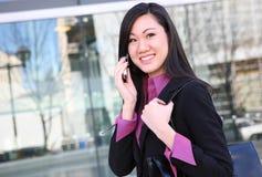 Femme asiatique d'affaires au téléphone Photographie stock libre de droits
