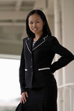 Femme asiatique d'affaires avec la main sur le gratte-cul Photographie stock libre de droits