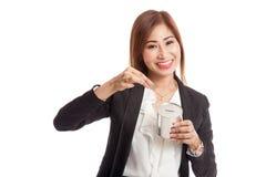 Femme asiatique d'affaires avec la pièce de monnaie et la banque de pièce de monnaie Images stock