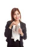 Femme asiatique d'affaires avec la pièce de monnaie et la banque de pièce de monnaie Image libre de droits