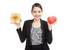 Femme asiatique d'affaires avec le boîte-cadeau et le coeur rouge Photographie stock libre de droits