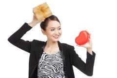 Femme asiatique d'affaires avec le boîte-cadeau et le coeur rouge Photos libres de droits