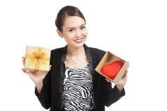 Femme asiatique d'affaires avec le boîte-cadeau et le coeur rouge Photographie stock