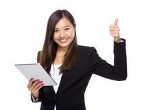 Femme asiatique d'affaires avec le comprimé et le pouce  Photos stock